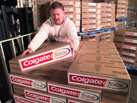 This handout photo received, 08 December 2004 shows Jack Gallagher, an operations worker for DSC Logistics, as he loads cases of the  Cogate Total toothpaste in a warehouse in Hamilton Township, New Jersey. Household products giant Colgate-Palmolive announced 07 December 2004, that it would cut 12 percent of its global workforce -- about 4,400 jobs -- and close one-third of its factories over four years. AFP PHOTO/COLGATE/FEATURE PHOTO SERVICE