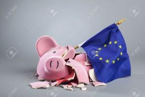 17669975-Hucha-rota-con-pabell-n-de-la-UE-imagen-simb-lica-de-la-crisis-financiera-de-la-Uni-n-Europea--Foto-de-archivo